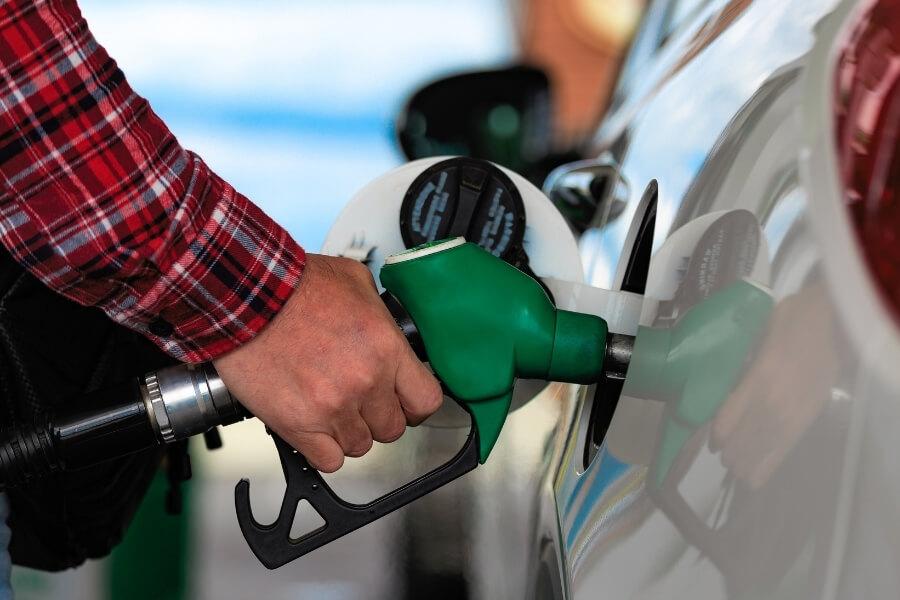filling car gas tank